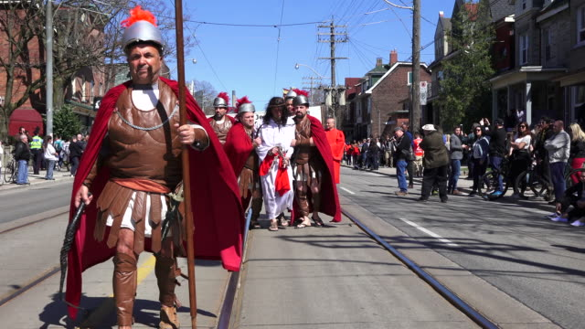 vídeos y material grabado en eventos de stock de interpretation of roman soldiers taking jesus to the cross - semana santa