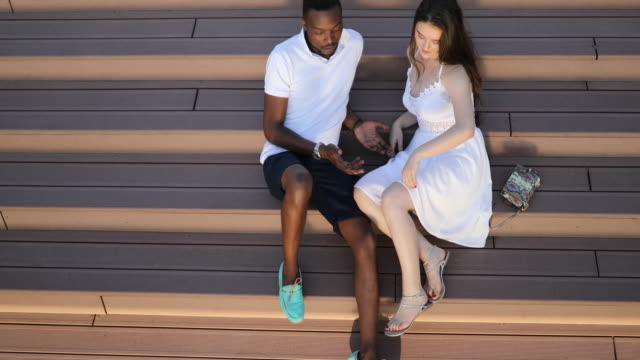 vídeos de stock, filmes e b-roll de casal interracial se divertindo - lua de mel