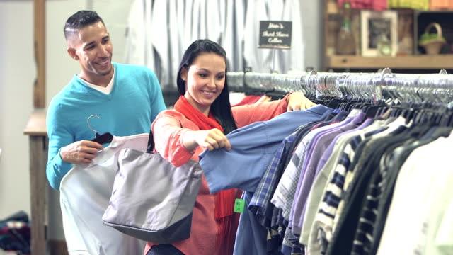 vídeos y material grabado en eventos de stock de pareja interracial en la tienda de ropa - ropa de caballero