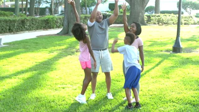 2人の子供を持つ異人種間の家族, ハドルと応援 - 10歳から11歳点の映像素材/bロール