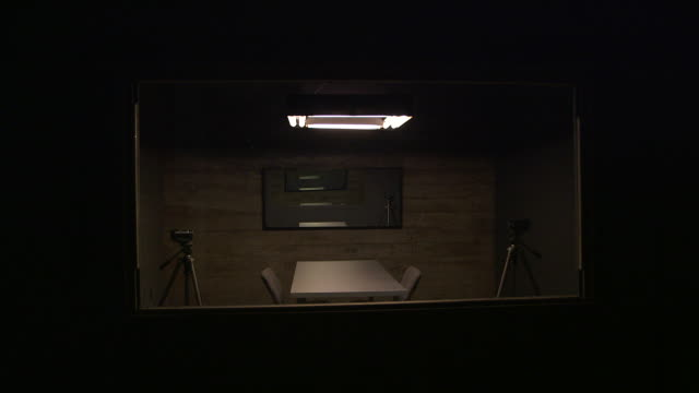 stockvideo's en b-roll-footage met interrogation room with cameras - politiedienst
