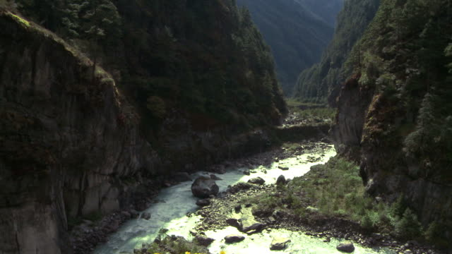 vidéos et rushes de intersection of two rivers in a gorge in nepal. - gorge vallées et canyons