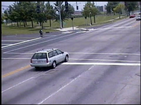 vidéos et rushes de / intersection red light camera footage of pt cruiser getting hit in intersection / car rolls on its side and crashes into pedestrian crossing street... - accident de la route