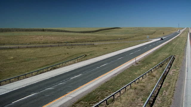 vidéos et rushes de ws interstate 25 north of cheyenne, wyoming, usa - route de campagne