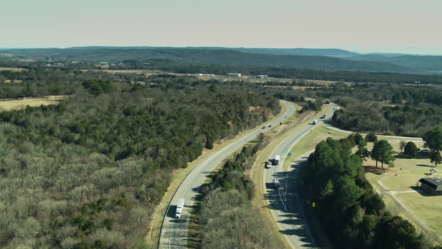 vídeos de stock e filmes b-roll de interstate 40 in rural western arkansas - aerial - cena não urbana