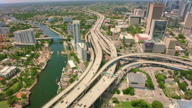 vidéos et rushes de aerial interstate 95, à miami - autoroute
