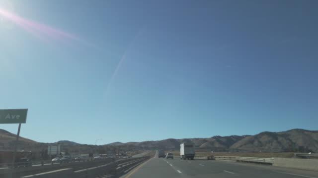 vídeos y material grabado en eventos de stock de la interestatal i 70 viaja hacia el oeste a través de denver y las montañas rocosas hasta glenwood springs - autopista