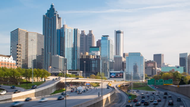 interstate i-85 leading into downtown atlanta, georgia, united states of america - georgia stati uniti meridionali video stock e b–roll
