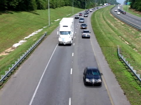 interstate traffico - autostrada interstatale americana video stock e b–roll