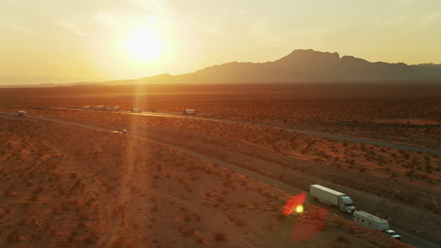 vidéos et rushes de interstate with rest area near mesquite, nevada - drone shot - comté de clark nevada