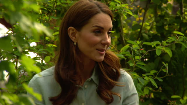 interview and rushes of catherine, duchess of cambridge at her 'back to nature' woodland garden design as part of the chelsea flower show, in london... - festival dei fiori di chelsea video stock e b–roll