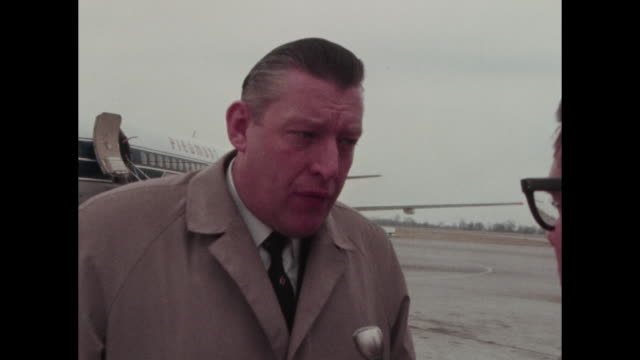 vidéos et rushes de interview at nashville airport with piedmont airlines plane in background speaks about the situation in northern ireland including bernadette devlin... - protestantisme