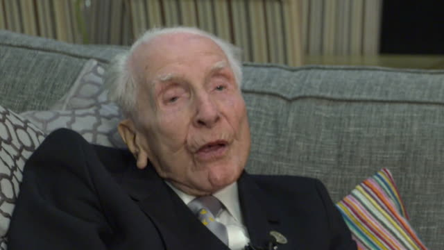"""vidéos et rushes de interview harry billinge dday veteran on serving in ww2 under king george vi he was a lovely man he stayed during the blitz he didn't want the job i... - """"bbc news"""""""