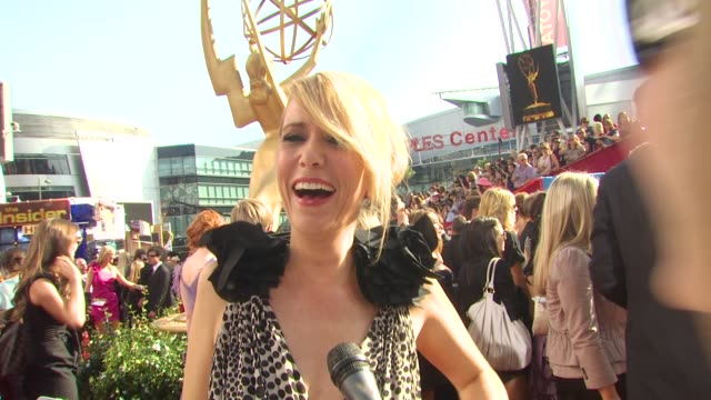 vídeos de stock, filmes e b-roll de kristen wiig on who she's wearing and why she picked it what the emmys are like who else she's rooting for at the 62nd primetime emmy awards arrivals... - kristen wiig