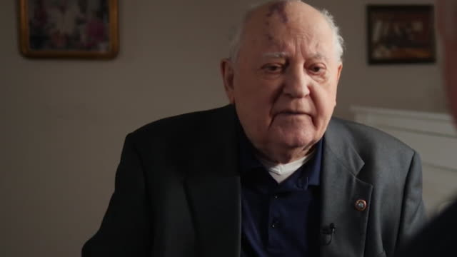 """vidéos et rushes de interview mikhail gorbachev, former soviet union leader about russians not wanting a war """"it showed in the last war how my countrymen had suffered"""" - arme nucléaire"""
