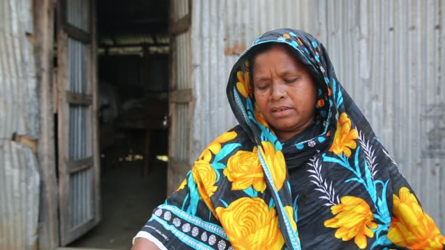 vidéos et rushes de interview of climate refugee at tista river in bangladesh. they have lost their houses several times during flood. - désespoir