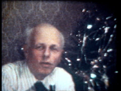 vidéos et rushes de interview of sakharov in exile in gorky next to christmas tree speech about poland after overthraw - tenue soignée