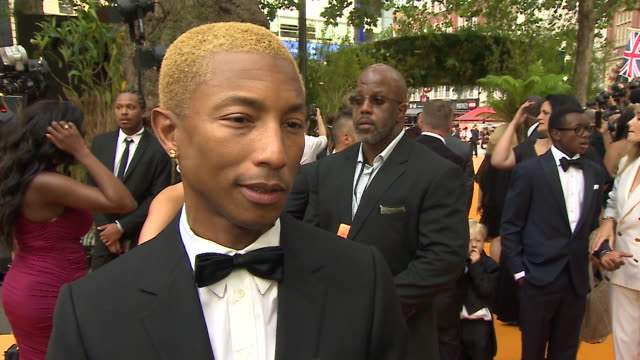 vídeos de stock e filmes b-roll de interview pharrell williams on red carpet at lion king premiere leicester square - meghan markle lion king