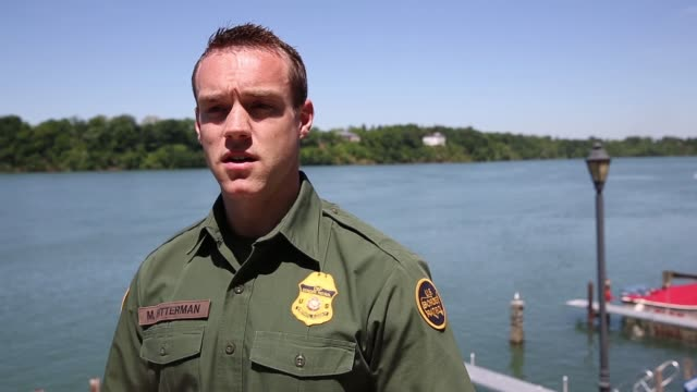 vídeos y material grabado en eventos de stock de interview us border patrol matthew bitterman interview on the shore of the niagara river about the uscanada border security situation border patrol... - río niágara