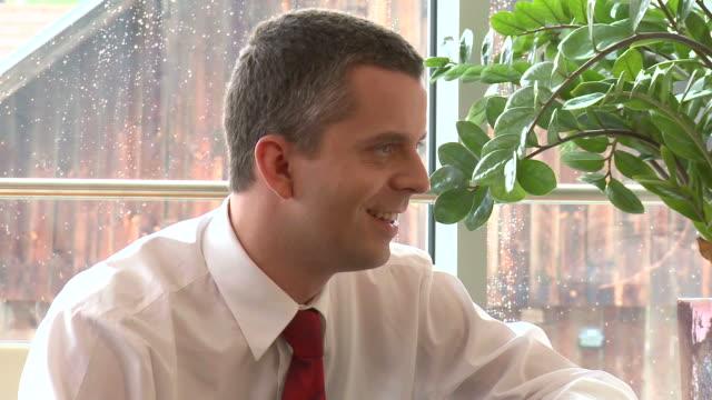 stockvideo's en b-roll-footage met hd: interview - overhemd en stropdas