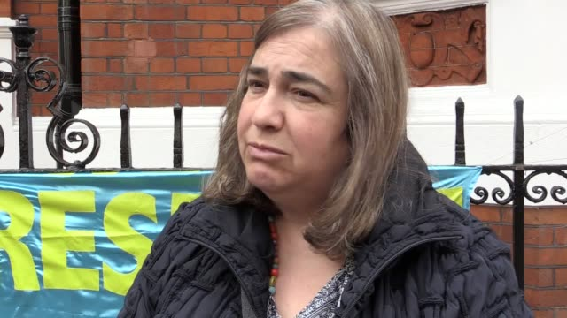 interview with assange supporter emmy butlin people gather outside the ecuadorian embassy in central london on friday morning following reports... - 後を追う点の映像素材/bロール