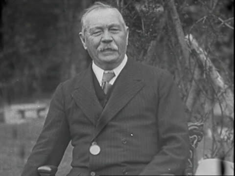 interview with author sir arthur conan doyle discussing his long fascination with spiritualism / interview is conducted outside his home sir arthur... - atmosfär råmaterial bildbanksvideor och videomaterial från bakom kulisserna