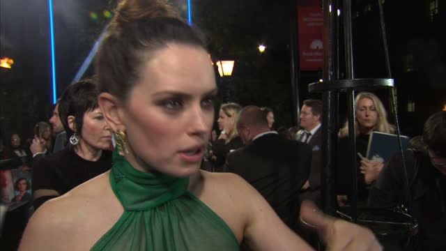 interview with daisy ridley on the red carpet at the world premiere of 'murder on the orient express' speaking about how she felt nervous initially... - 2017 stock-videos und b-roll-filmmaterial