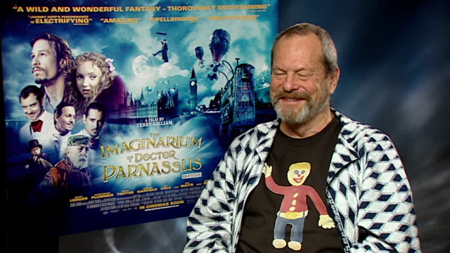vídeos de stock, filmes e b-roll de interview with director and cast of 'the imaginarium of doctor parnassus'; england: london: int terry gilliam interview sot - for this film threw... - heath ledger