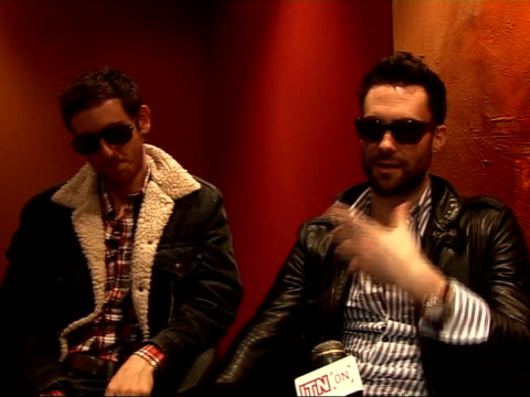 vídeos de stock e filmes b-roll de interview with members of maroon 5 adam levine and jesse carmichael interview sot on their favourite coldplay song / discuss documentary about... - body de ginástica