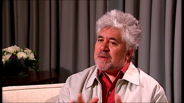 vídeos y material grabado en eventos de stock de interview with pedro almodovar pedro almodovar interview sot on the movie broken embraces being about many things including about family / mother... - pedro almodóvar