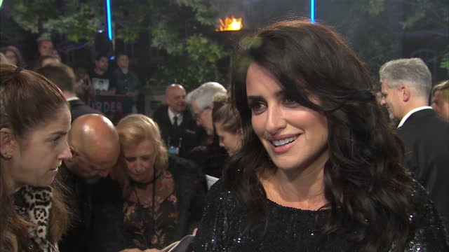 interview with penelope cruz on the red carpet at the world premiere of murder on the orient express speaking about working with such an ensemble of... - mord stock-videos und b-roll-filmmaterial