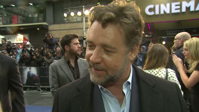 vídeos y material grabado en eventos de stock de interview with russell crowe on new superman film man of steel interview with russell crowe at film premiere at leicester square on june 12 2013 in... - superman superhéroe