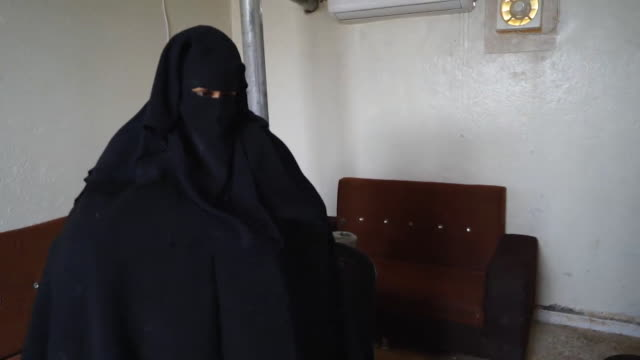 stockvideo's en b-roll-footage met interview with shamima begum uk teenager who joined islamic state in 2015 but is now living in a refugee camp in syria and wants to come home to the... - kleding
