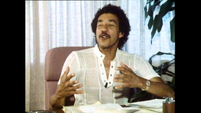 interview with smokey robinson, speaking in 1984, on how he is often mistaken for lionel richie and his response to fans. - ライオネル・リッチー点の映像素材/bロール