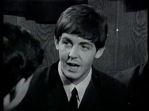 vídeos de stock e filmes b-roll de interview with the beatles paul mccartney george harrison and ringo starr talk about problems of fans mobbing them / john lennon also there the... - the beatles