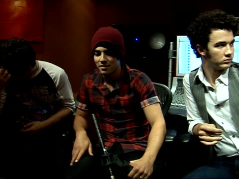 stockvideo's en b-roll-footage met interview with us boyband jonas brothers england london int jonas brothers interview sot introduce themselves / which boybands inspired them /... - jongensband