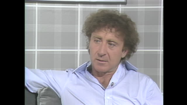 vidéos et rushes de do you find that a lot of comics are basically shy? gene wilder: yes, yes, except for those who aren't. interviewer: i guess what i'm getting at is... - décor de théâtre