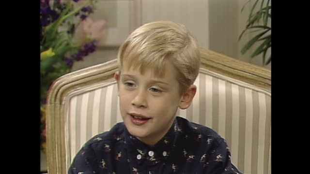 stockvideo's en b-roll-footage met macaulay congratulations on your new movie. macaulay culkin: thank you. interviewer: what did you like best about being in this movie? macaulay... - feliciteren