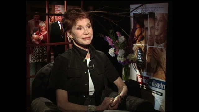 vídeos y material grabado en eventos de stock de you know you've been so candid with your fans and everyone about your personal life and what you've gone through and everything do you think that's... - mary tyler moore