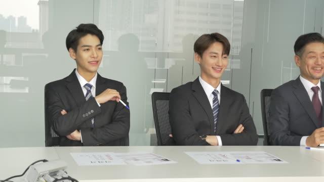 vidéos et rushes de interviewers conducting an interview - chemise et cravate