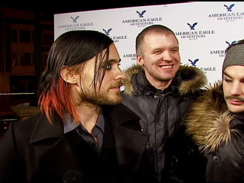stockvideo's en b-roll-footage met jared leto and 30 seconds to mars on playing at sundance, how they pass the time on the tour bus at the 2007 sundance film festival american eagle... - 30 seconds or greater