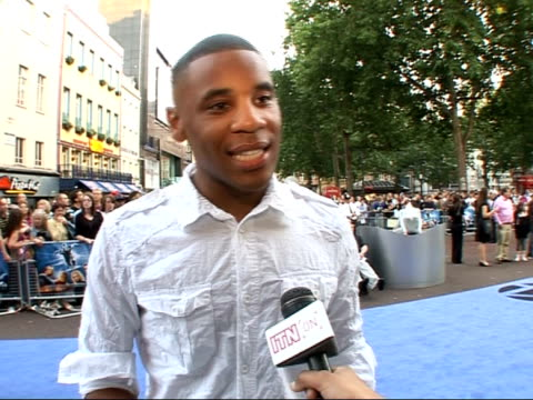 interviews and photocalls on red carpet at 'fantastic four: rise of the silver surfer' film premiere; reggie yates interview sot - i only got to... - 作品名 ファンタスティック・フォー点の映像素材/bロール