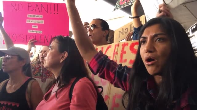 vidéos et rushes de interviews, sot, b roll, protesters are rallying against president trump's executive order barring u.s. entry to refugees, and green-card holders... - b roll