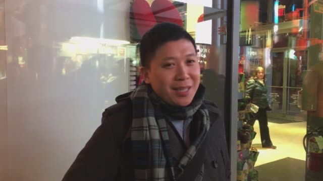 stockvideo's en b-roll-footage met interviews with people buying lottery tickets at a times square newsstand. the powerball lottery drawing is at 10:59 pm et on wednesday, and there... - loterijlootje