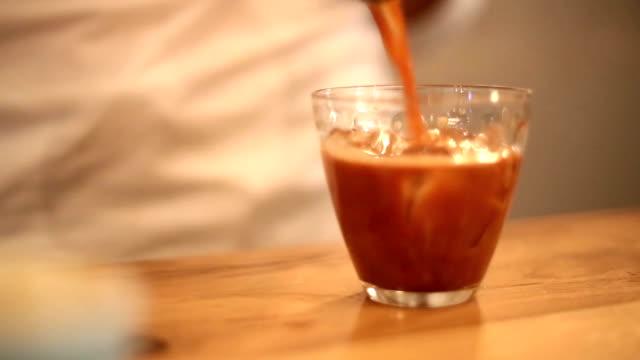 Toile tissé dans une tasse de café glacé