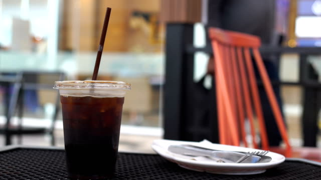 WS:Interweave ice coffee in cup
