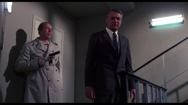 stockvideo's en b-roll-footage met 1963 intimidating man (george kennedy) takes tired man (cary grant) hostage - wapen apparatuur