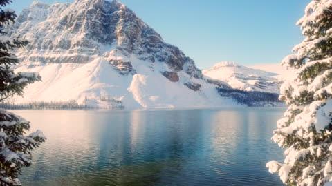 vídeos de stock e filmes b-roll de into the lake - ártico