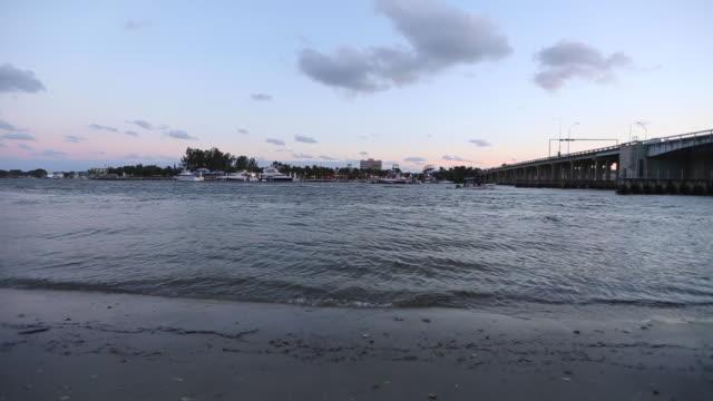 vídeos de stock e filmes b-roll de intracoastal waterway at dusk - júpiter