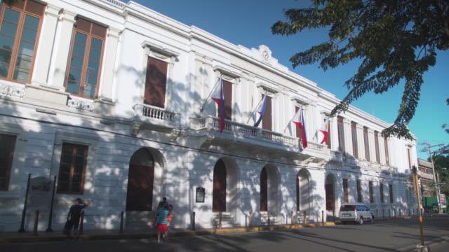 vídeos y material grabado en eventos de stock de intramuros ayuntamiento colonial building at manila. iconic colonial style building from philippines spanish occupation. philippines national flag - town hall